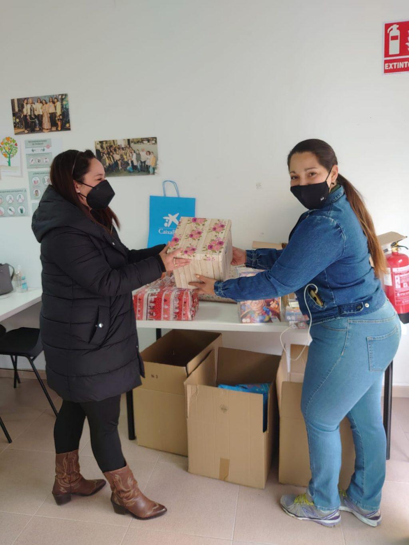 Entrega de juguetes a las familias de CaixaProinfancia